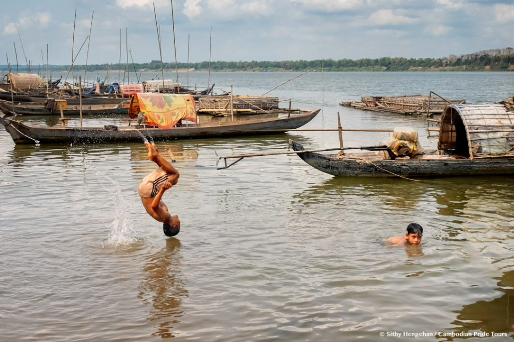 Children jumping in to Mekong river